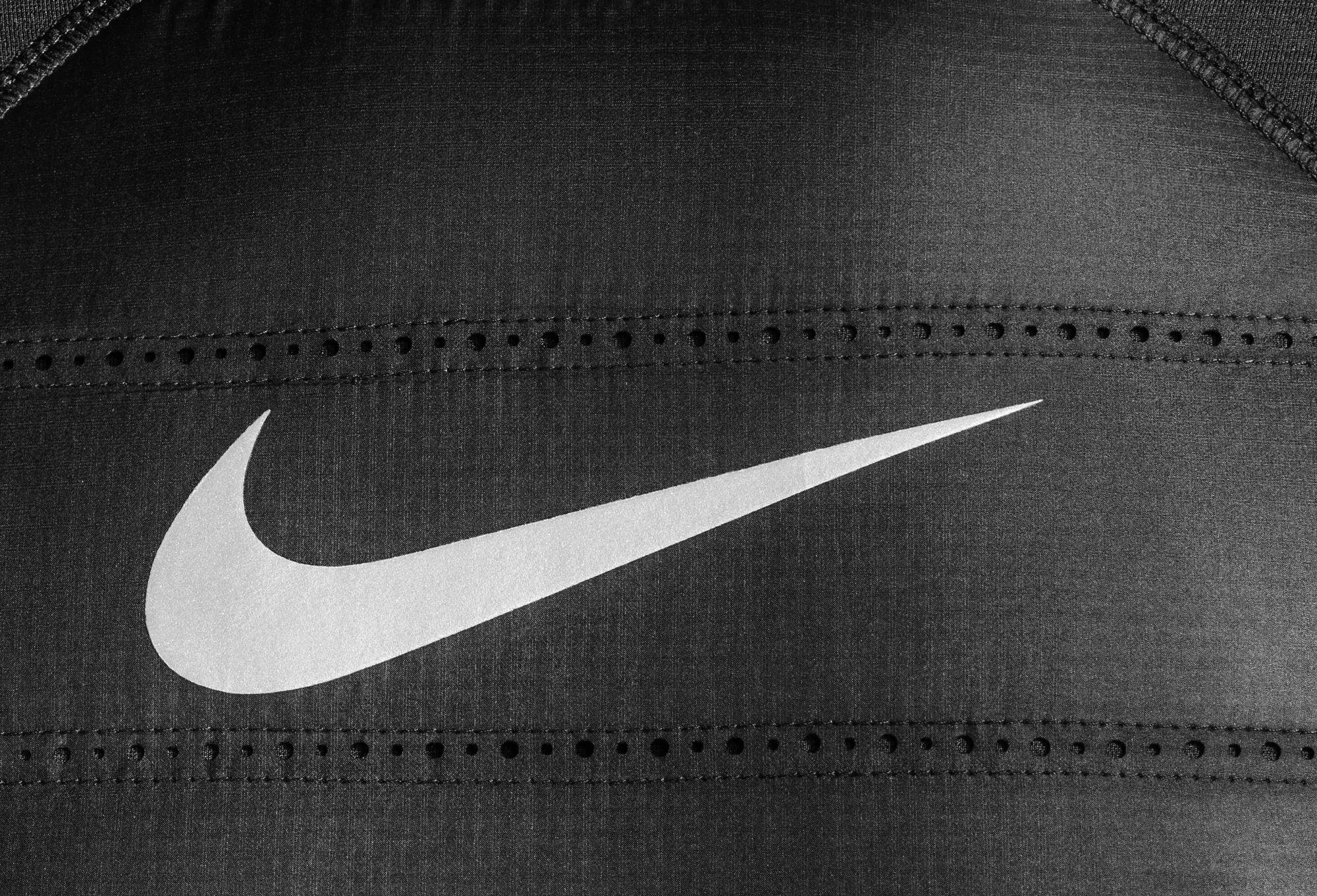 ho16_mt_nike_pro_hyperwarm_aeroloft_top_detail_001